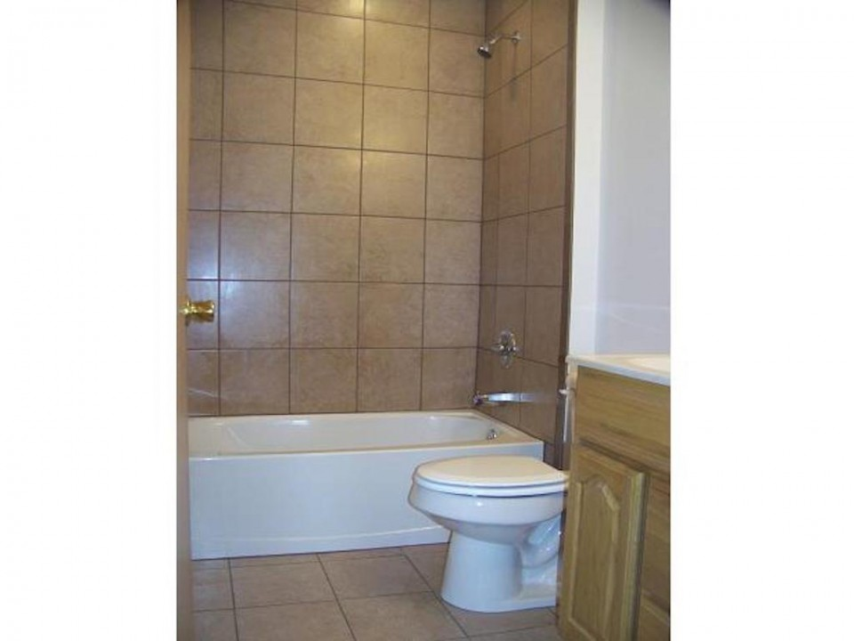 2015 Washington 5 bedroom BSU rental in muncie bathroom photo