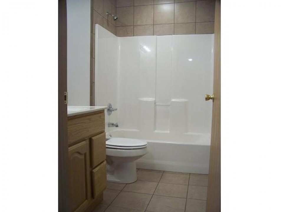 2015 Washington 5 bedroom Ball State off campus student rental house in muncie bathroom photo