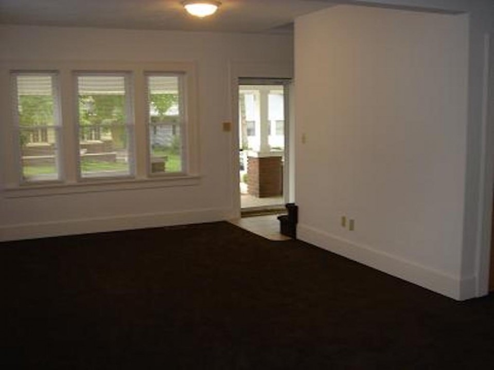 2020 Main 6 bedroom off-campus house for rent near ball state living room photo