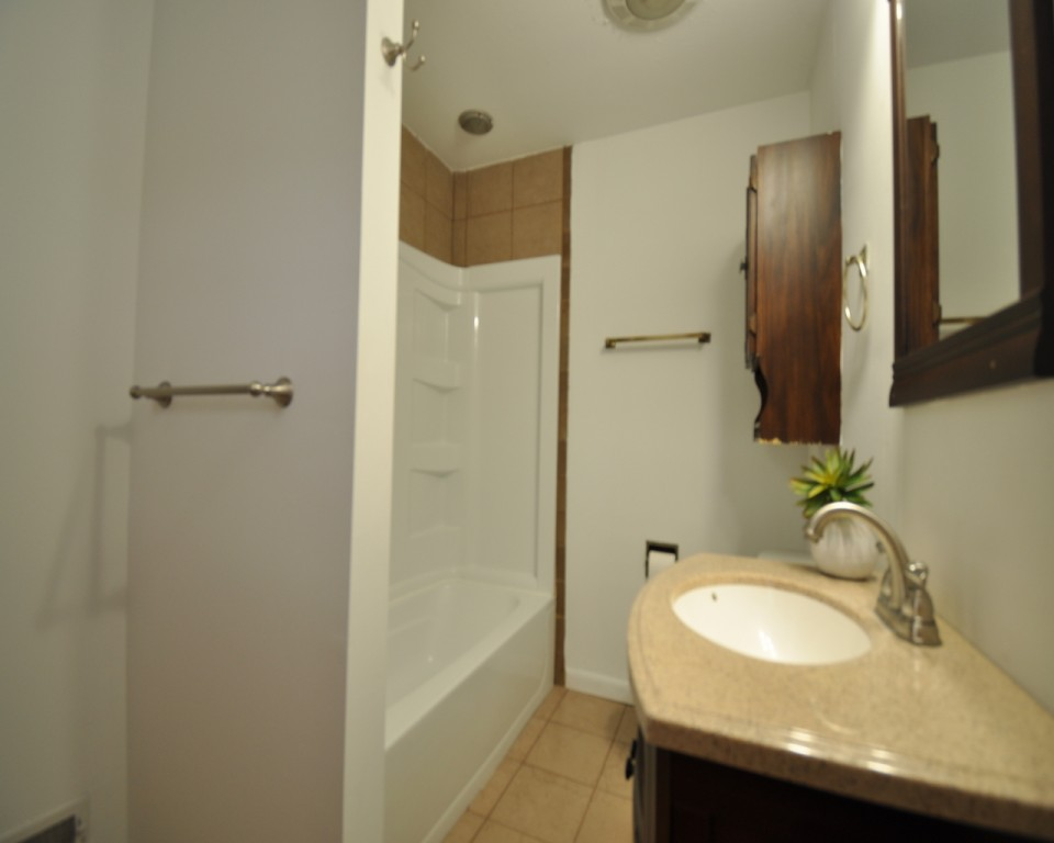 2410 Euclid 5 bedroom house for rent near BSU bathroom photo