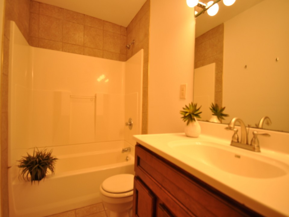 2410 Euclid 5 bedroom BSU rental in muncie bathroom photo