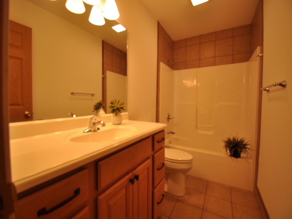 1216 W Marsh 5 bedroom house for rent close to Ball State in muncie bathroom photo