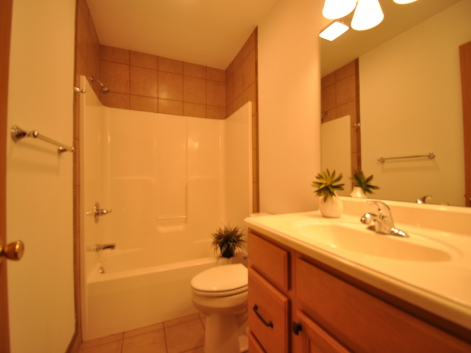 1216 W Marsh 5 bedroom BSU off campus rental house in muncie bathroom photo