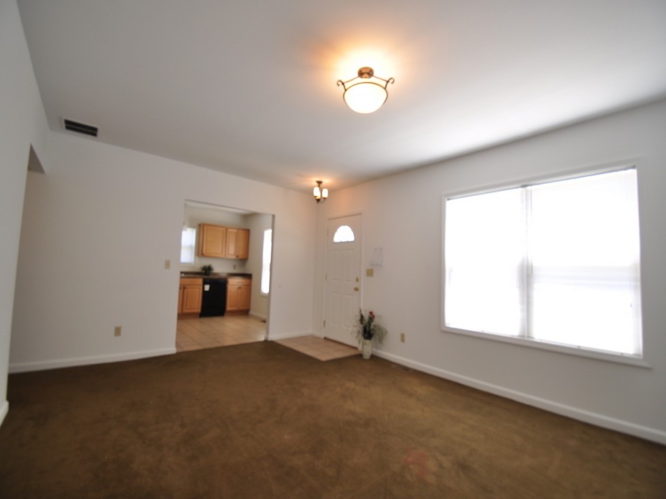 1216 W Marsh 5 bedroom off campus house for rent near ball state living room photo